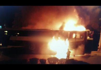 TOMASZÓW Autokar w płomieniach w centrum miasta [NAGRANIE]